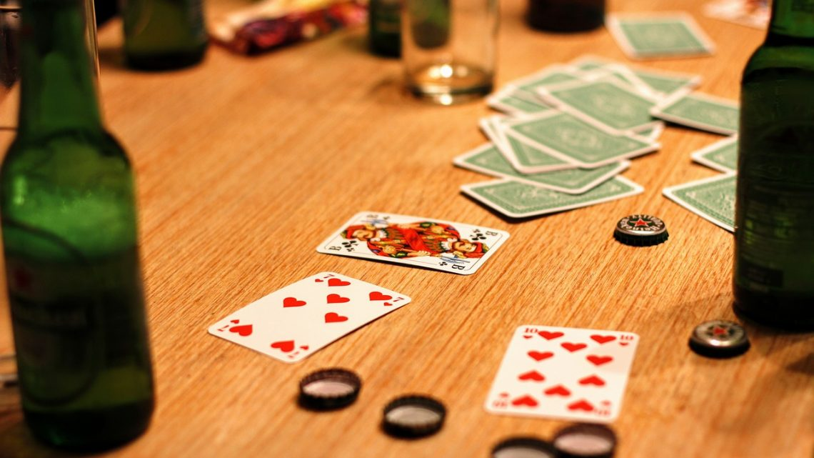 Les meilleurs jeux d'alcool avec des cartes!